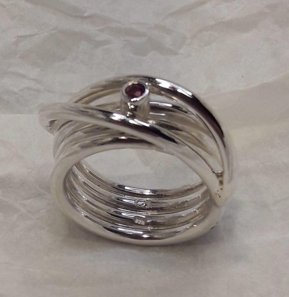 Über Sieben Brücken Ring, Maß 63, Gesamtgewicht 16,2 g Safir purple in Silber gefasst